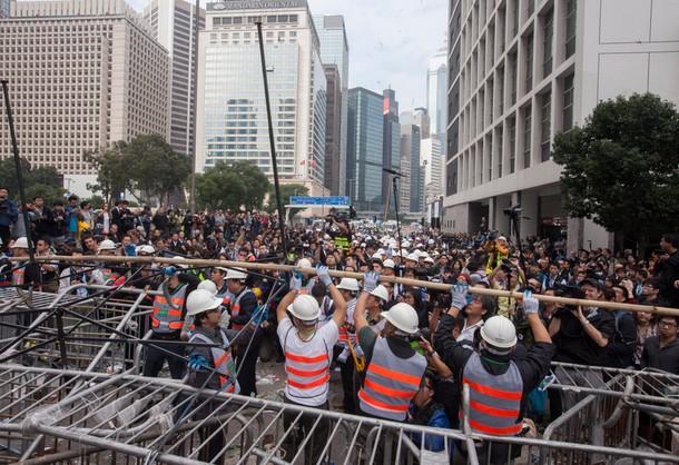 W Hongkongu rozpoczęto usuwanie barykad w dzielnicy finansowej