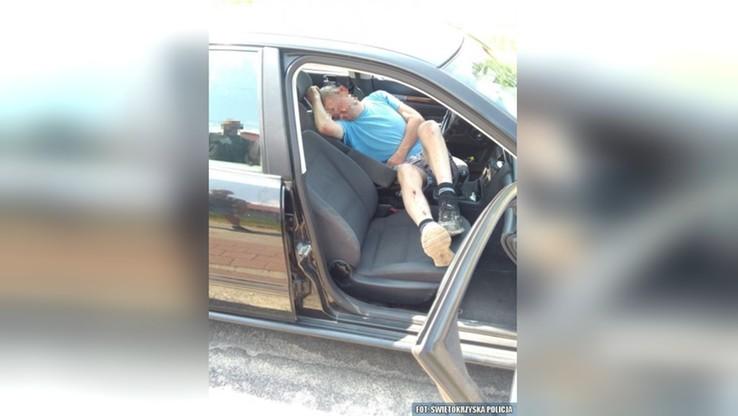 Spowodował kolizję i uciekł. Znaleziono go… śpiącego w samochodzie