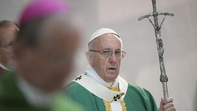 Papież krytykuje przywiązanie księży do strojów i światowego życia