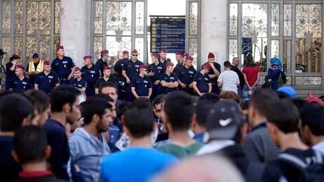 Węgry: imigranci wpuszczeni na Keleti, ale pociągi na Zachód nie kursują