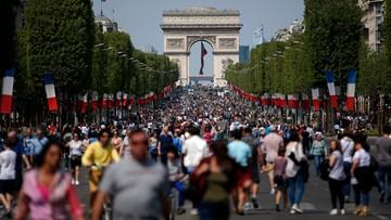 08-05-2016 22:24 Paryż: Polami Elizejskim zawładnęli piesi