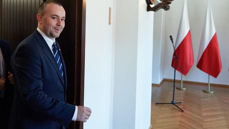 """""""Pierwiosnek szerokiego procesu konsultacyjnego"""". Mucha zapowiedział 16 otwartych spotkań na temat referendum konstytucyjnego"""