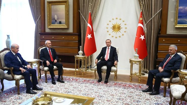 """Premier Turcji zapowiada kolejne czystki. """"Śledztwo trwa, kolejne osoby są poszukiwane"""""""