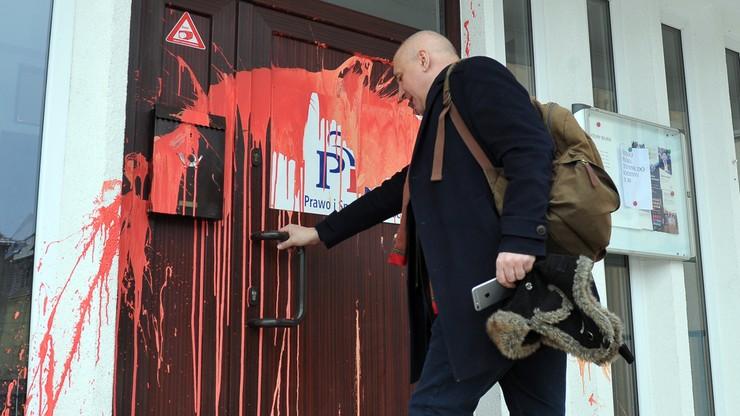 Siemoniak o ataku na biuro PiS: decyzje przy urnie wyborczej, a nie stosując przemoc