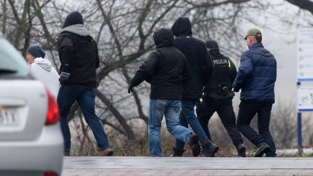 Poznańska policja przeprowadza rekonstrukcję zdarzeń na brzegu rzeki Warty w okolicy mostu Św. Rocha w Poznaniu, z udziałem zatrzymanego Marcina Z.