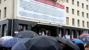 """24-10-2016 20:55 Protestowały przed siedzibą """"Solidarności"""". Związek odpowiedział banerem na ścianie"""