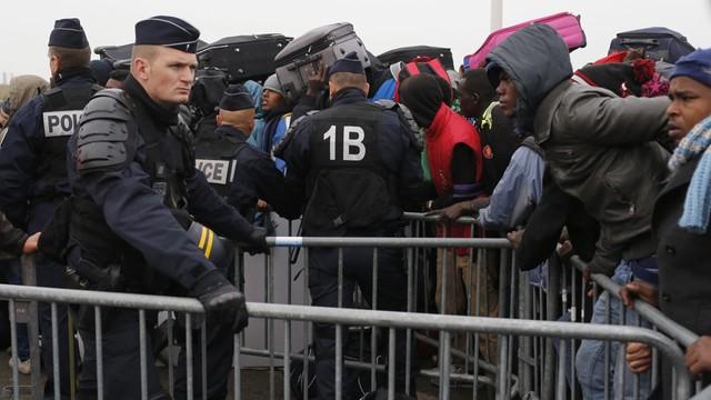 Francja: spokojny początek ewakuacji migrantów z Calais
