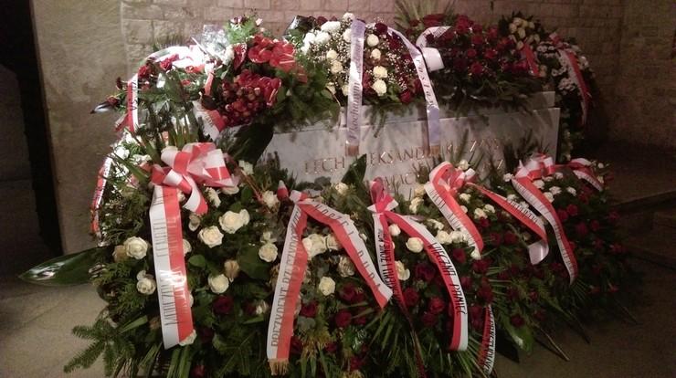 Po pogrzebie. Mamy zdjęcie sarkofagu, w którym spoczęli prezydent Lech Kaczyński i jego żona Maria. Tonie w kwiatach