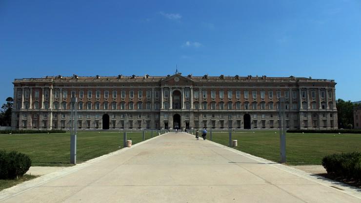 Wiadro w dłoń. Amerykańscy żołnierze posprzątali włoski Pałac Królewski