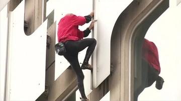 03-11-2015 15:49 Człowiek-pająk wdrapał się na 36-piętrowy budynek