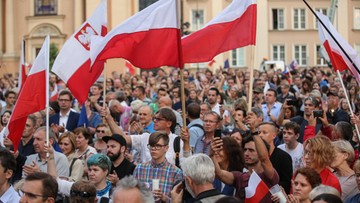 21-07-2017 21:06 Polacy manifestują. Demonstracje przed budynkami Sądu Najwyższego i Senatu oraz na ulicach wielu miast