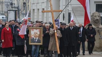 """83. miesięcznica katastrofy smoleńskiej. Obywatele RP z transparentem """"Ręce precz od grobów"""""""