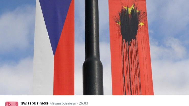 Praga: oblali chińskie flagi czarną farbą