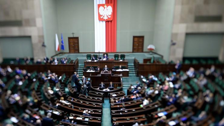 """Ustawa wprowadzająca program 500+ przyjęta przez Sejm. """"To święto polskiej rodziny"""""""