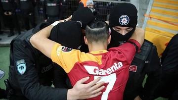 2016-12-12 Bohater Galatasaray oddał hołd policjantom. Piękny gest dla ofiar zamachu