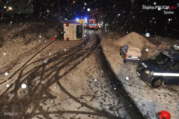 W wyniku przewrócenia autobusu na bok do szpitala trafiło 11 osób. Na miejscu przez kilka godzin pracowali policjanci oraz służby ratownicze.