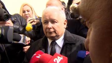 Prezes PiS otoczony przez dziennikarzy.