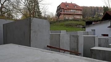 """22-11-2017 18:16 Artyści postawili pomnik ofiar Holokaustu koło domu polityka prawicowej AfD. Bo nazwał go """"pomnikiem hańby"""""""