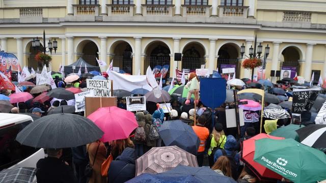 Warszawa: Protest ZNP przed urzędem wojewódzkim