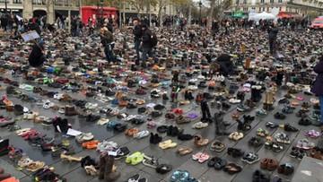 Na Placu Republiki w Paryżu ludzie protestują zostawiając tysiące par butów