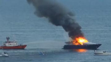 2015-09-21 Właściciel Napoli uratowany przez helikopter! Jego jacht stanął w płomieniach (WIDEO)