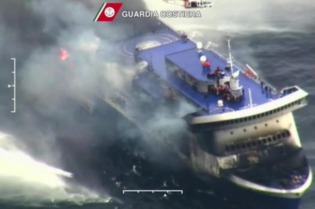 Ewakuacja promu: uratowano 284 osób, 194 nadal na pokładzie
