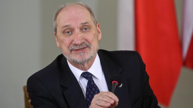 Macierewicz: nie było zamieszania z lotem delegacji z Londynu