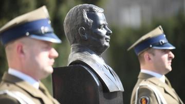 10-04-2017 19:39 Na Placu Piłsudskiego odsłonięto popiersie Lecha Kaczyńskiego
