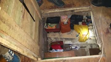 31-01-2017 11:32 Kryjówka pod podłogą przykryta dywanikiem. W środku - poszukiwany przestępca