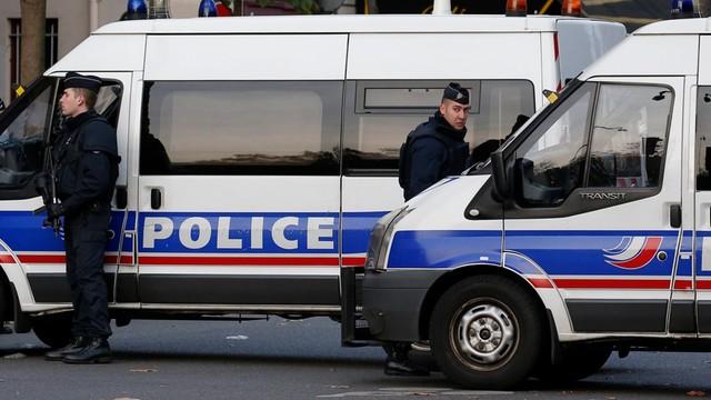 Francja: samochód uderzył w radiowóz na Polach Elizejskich w Paryżu