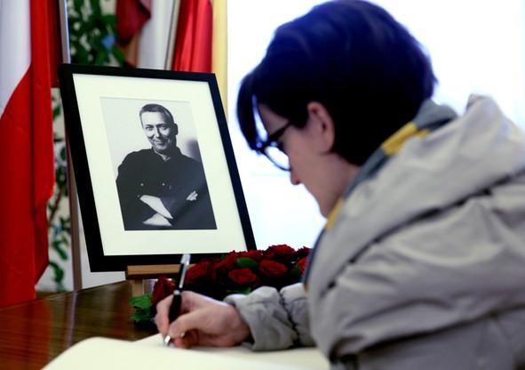 Księga kondolencyjna poświęcona pamięci Młynarskiego