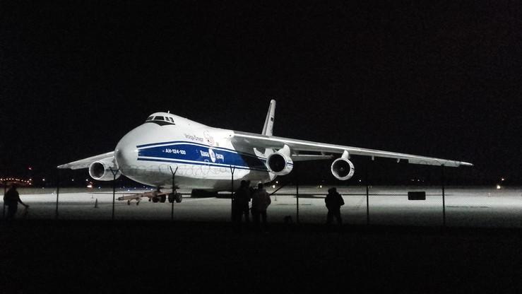2016-09-21 Gigant wylądował w Warszawie. Jest chętnie fotografowany zza płotu lotniska