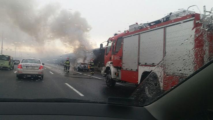 2016-10-03 Samochód zapalił się na autostradzie A8 pod Wrocławiem. Interweniowali strażacy