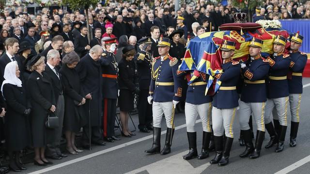 Rumunia: Wielotysięczny tłum na pogrzebie ostatniego króla, Michała I
