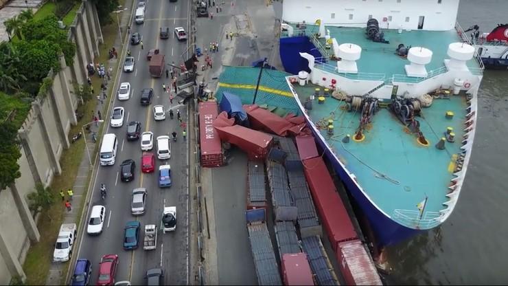 Pasażerski prom uderzył w nabrzeże. Porwał kontenery i zdemolował port