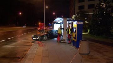 Pijany kierowca porsche wjechał w przystanek autobusowy