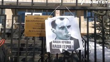 Portret Bandery na ogrodzeniu ambasady RP w Kijowie