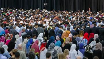 10-06-2016 05:25 Tłumy muzułmanów pożegnały legendarnego mistrza boksu wszechwag