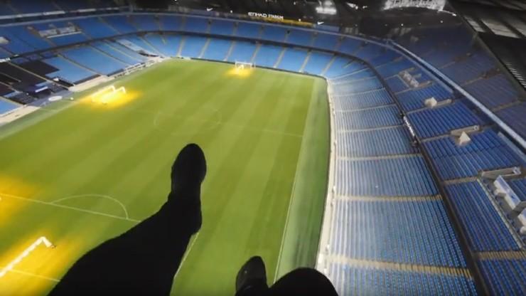 Grupa mężczyzn włamała się na dach stadionu w Manchesterze