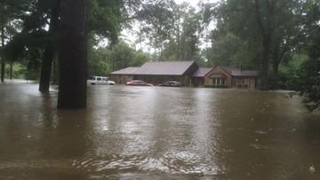 """21-08-2016 18:55 Mówił, że """"Bóg zsyła klęski żywiołowe, by karać gejów."""" Powódź zniszczyła mu dom"""