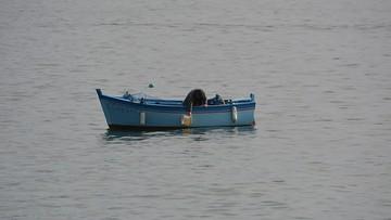 Rybak wypadł z łódki na rzece Płoni. Mężczyzna utonął