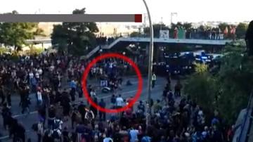 """""""Bohater zamieszek w Hamburgu"""". Na skuterze przedzierał się przez tłum, żeby dostarczyć pizzę"""