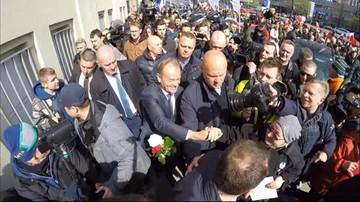 """19-04-2017 11:07 """"Jesteśmy z tobą"""" kontra """"Zdrajca"""". Tłum manifestantów czekał na Tuska w Warszawie"""