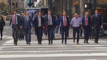 07-04-2017 17:39 Mężczyźni trzymają się za ręce na znak solidarności z pobitym małżeństwem gejów