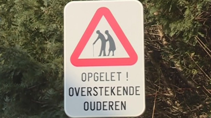 """""""Uwaga babcia"""". Znak drogowy ostrzega w Belgii przed seniorami"""