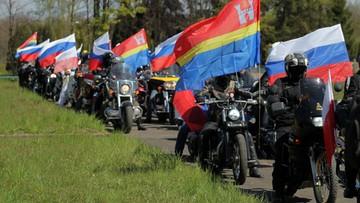 """30-04-2016 15:29 Rosyjscy motocykliści oddali hołd czerwonoarmistom w Braniewie. Spiker wymienił """"Nocne Wilki"""" z Kaliningradu"""