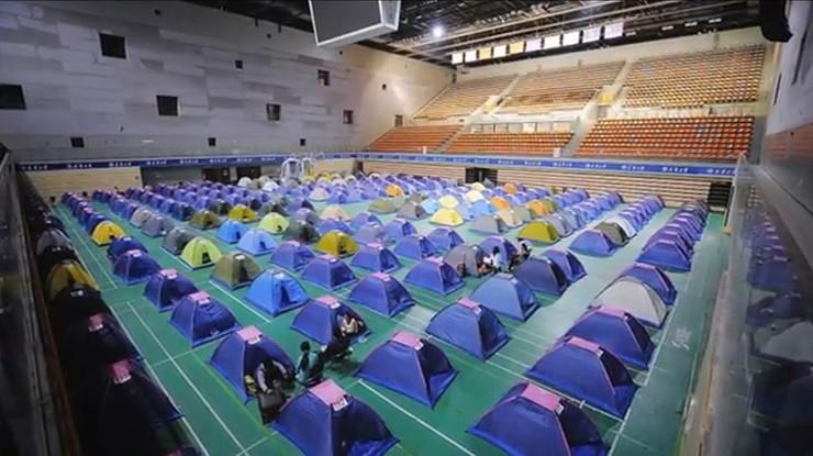 """Rozbijają setki """"namiotów miłości"""". Chińscy rodzice pilnują dzieci na uczelni"""