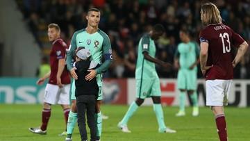 10-06-2017 10:54 Młody kibic przerwał mecz. Wyściskał Ronaldo i zrobił sobie z nim zdjęcie
