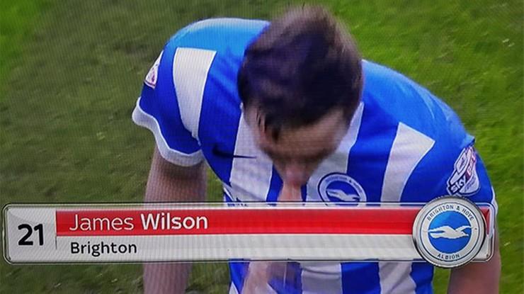 Angielski piłkarz przesadził w Sylwestra? Zwymiotował na boisku! (WIDEO)