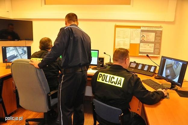 Szkolny komisariat policji. Stanowisko dyżurnego, monitoring i koza jak w każdej komendzie - zakratowana